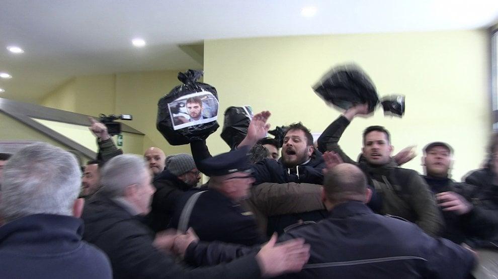 De Luca contestato a Pozzuoli: sacchetti di spazzatura lanciati contro il governatore della Campania
