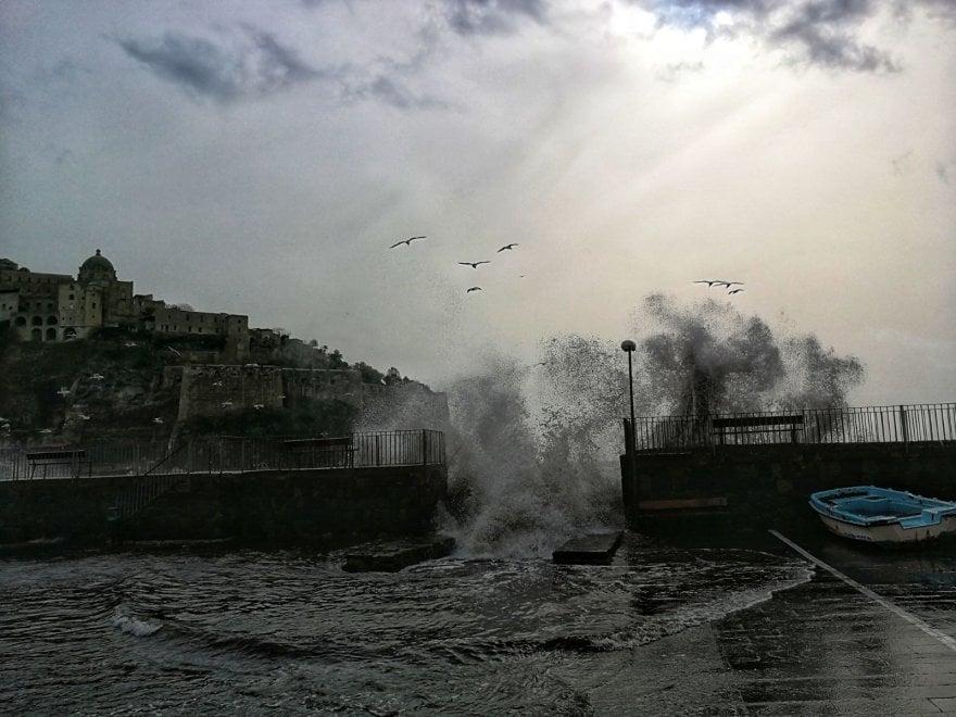 Ischia, lo spettacolo dello scirocco: mare invade piazzale, temperature in rialzo