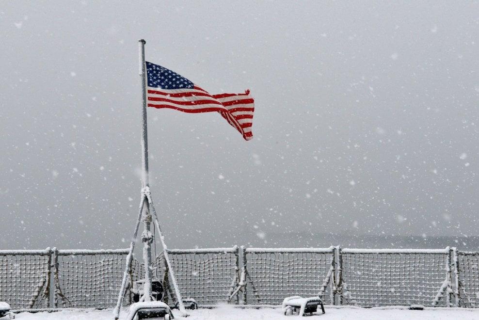 Napoli, lo stupore della Sesta Flotta Usa davanti alla nevicata sulla città