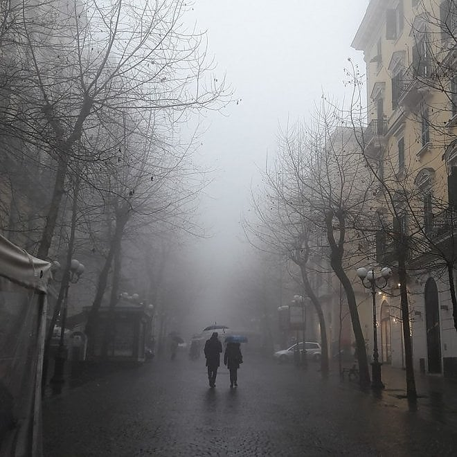 Napoli come Parigi: il fascino della città con la nebbia