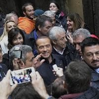 Berlusconi a Napoli, rompe il silenzio elettorale e tra la folla a San Gregorio Armeno spiega la flat tax