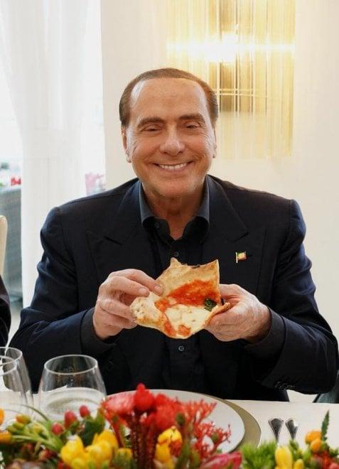 E a Napoli Berlusconi mangia la pizza