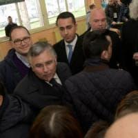 Elezioni, Di Maio vota a Pomigliano e sale sul predellino: