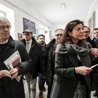 Elezioni, Paolo Siani alle urne tra strette di mano e auguri