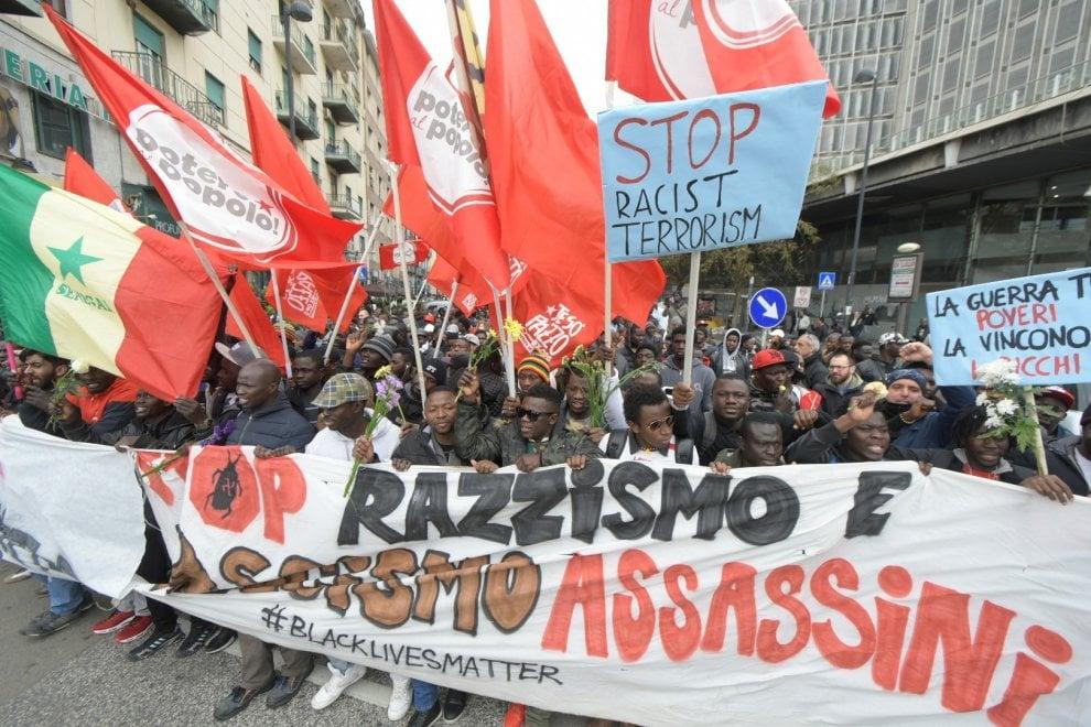 """A Napoli corteo in nome di Diene, senegalese ucciso a Firenze: """"No al razzismo"""""""