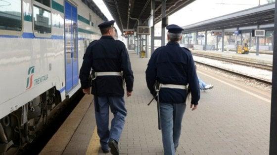 Maddaloni, lancia un sasso contro treno in stazione. Denunciato