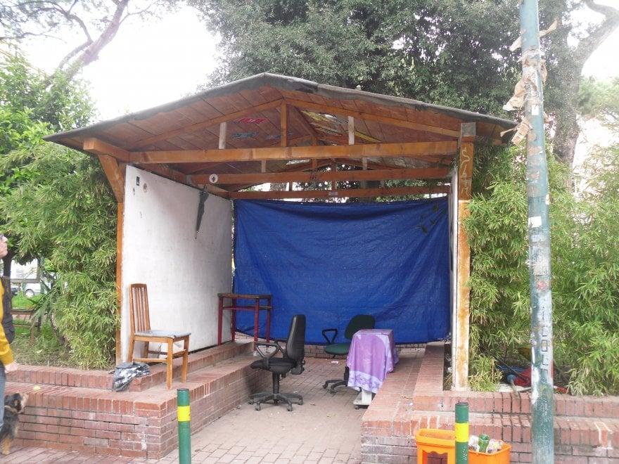 Una casetta di legno abusiva nei giardini di piazza G.B. Vico. Scattano i sigilli
