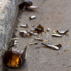 Napoli, ferisce tre passanti con una bottiglia rotta
