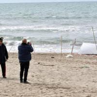 Cadavere donna su spiaggia, secondo l'autopsia potrebbe aver avuto un malore