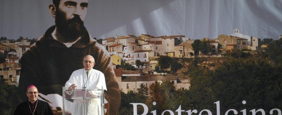 """Pietrelcina, papa Francesco rompe il protocollo e cammina a piedi tra la gente: """"Un paese che litiga non cresce"""""""