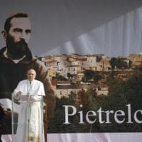 """Pietrelcina, papa Francesco rompe il protocollo e cammina a piedi tra la gente: """"Un paese..."""