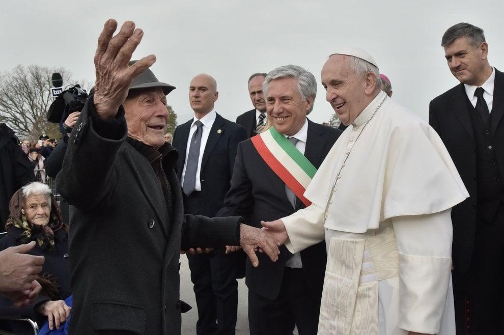 """Il papa a Pietrelcina: """"Mi piacerebbe si desse il premio Nobel agli anziani"""""""