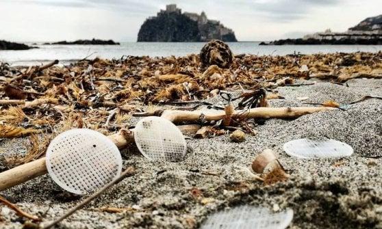 Da Capri a Ischia fino al litorale laziale, il triste mistero dei dischetti di plastica spiaggiati