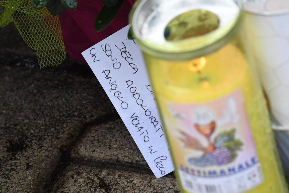 """Femminicidio a Terzigno, fiori e biglietti: """"Un angelo volato in cielo"""""""