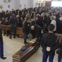 """""""Non meritavi una fine così atroce"""": i funerali della guardia giurata uccisa a Piscinola"""