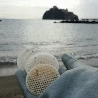 Risolto il giallo dei dischetti di plastica spiaggiati: provengono da un