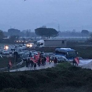 Pomigliano, operai della Fiat bloccano l'ingresso dello stabilimento