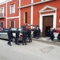 Femminicidio, silenzio e capi chini al funerale di Pasquale Vitiello che ha ucciso la moglie davanti alla scuola dove aveva portato la figlia