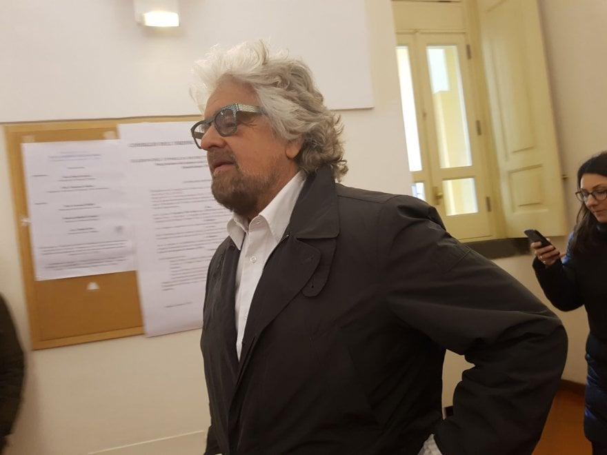 L'uscita di Grillo dal tribunale di Aversa