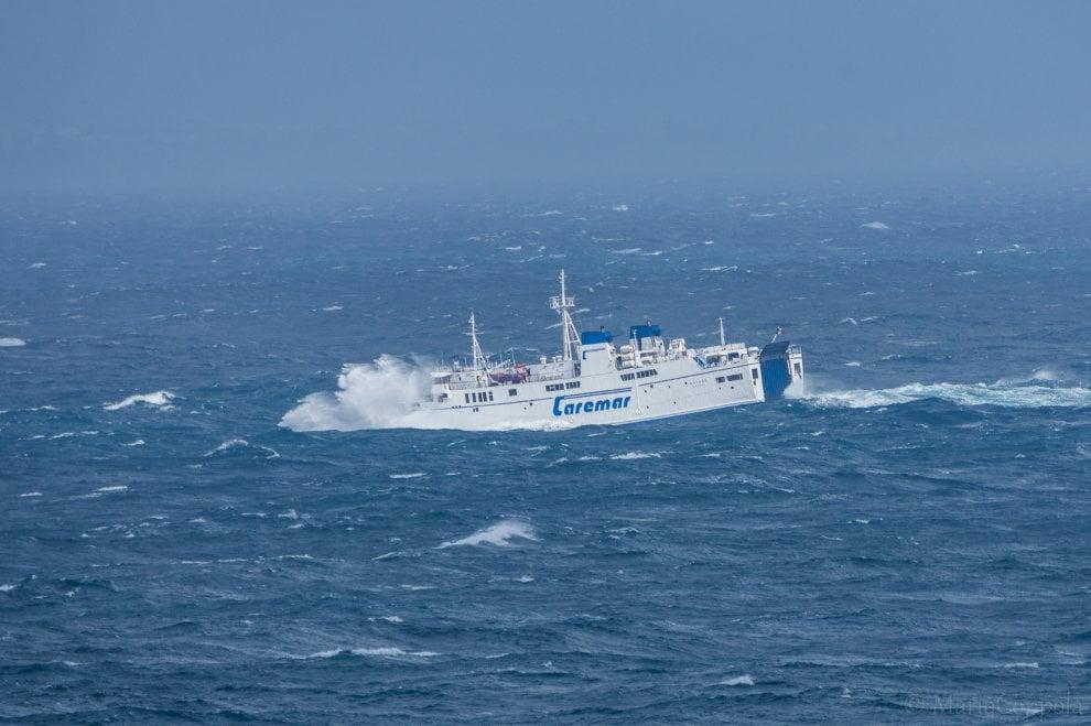 Capri, il viaggio del traghetto in balìa delle onde