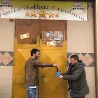 Imbrattata la sede dei Cinque stelle a Ercolano: la ripuliscono i militanti del Pd