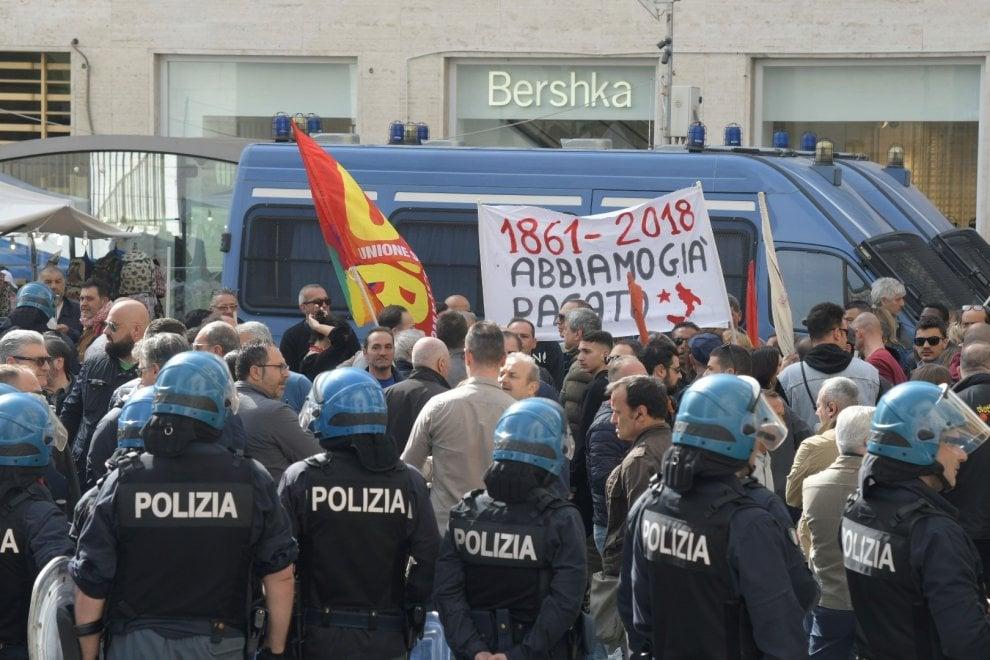 Potere al popolo in via Toledo contro il debito pubblico