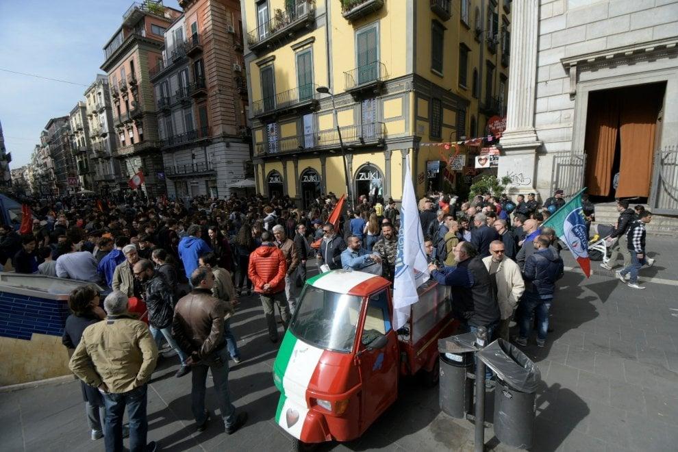 In piazza a Napoli anche gli uomini e le donne di Fratelli d'Italia contro de Magistris e il debito