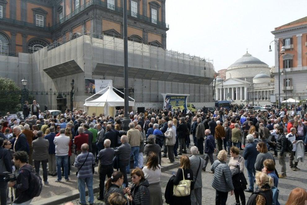 Piazza Trieste e Trento, alla manifestazione contro de Magistris arriva l'ultra destra e il Pd lascia la piazza