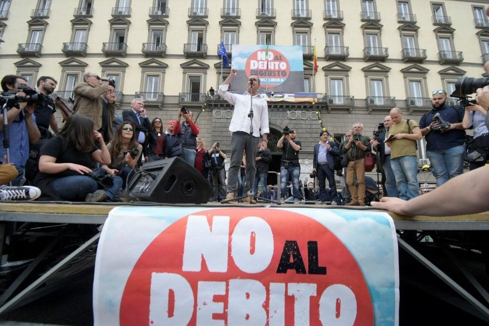 Manifestazione contro il debito pubblico a Napoli: in migliaia in piazza con de Magistris