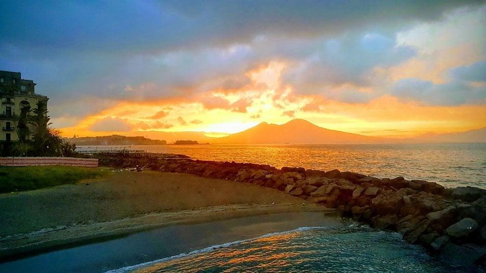 L'alba dorata dallo scoglio di Frisio: spettacolo a Napoli
