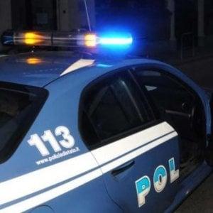 Poliziotto sventa rapina in un discount a Napoli: spara e ferisce due ladri. Uno è minorenne
