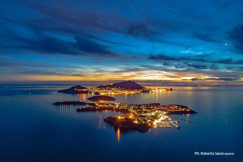 La grande bellezza delle isole dall'alto: la foto perfetta che esalta Ischia e Procida