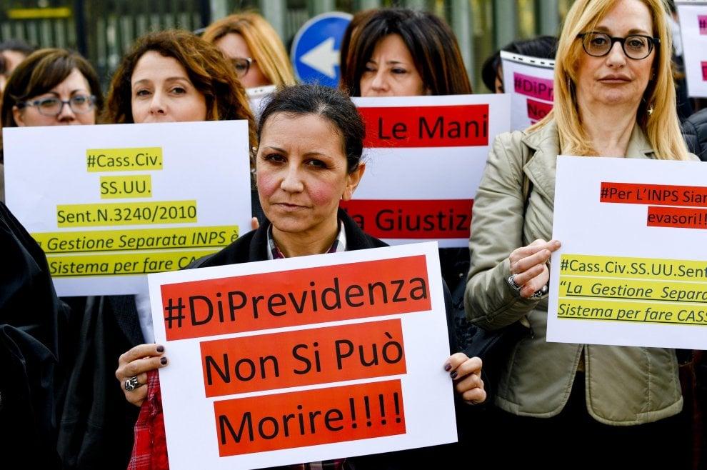 Avvocati contro Inps: flash mob a Napoli. No alla gestione separata