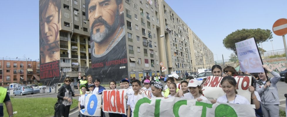 """""""Io non ci sto"""", folla a San Giovanni a Teduccio per la marcia contro i raid della camorra"""