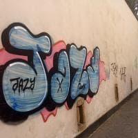 Il muro della Floridiana imbrattato da scritte con bombolette spray