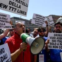 Sit-in dei marittimi della Ttt lines in piazza Plebiscito: