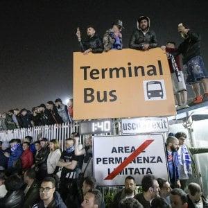 """L'aeroporto come lo stadio San Paolo: in oltre diecimila per il ritorno del Napoli. I giocatori: """"Mamma mia quanti sono!"""""""