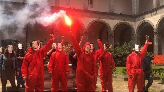 Napoli flash mob degli studenti universitari in tuta come for Guarda serie la casa di carta