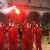 Napoli, flash mob degli studenti universitari  in tuta come in 'La casa di carta', la...