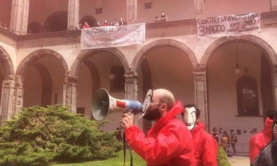 Napoli flash mob degli studenti universitari in tuta come - Porta di massa napoli ...