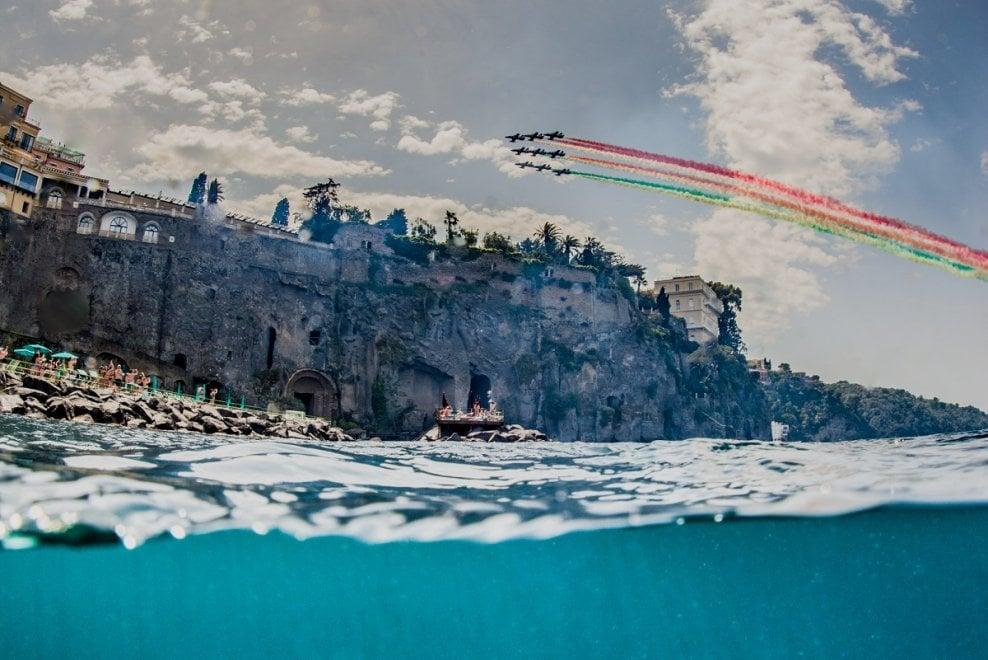 Mare e cielo, gli scatti perfetti che raccontano le Frecce Tricolori a Sorrento