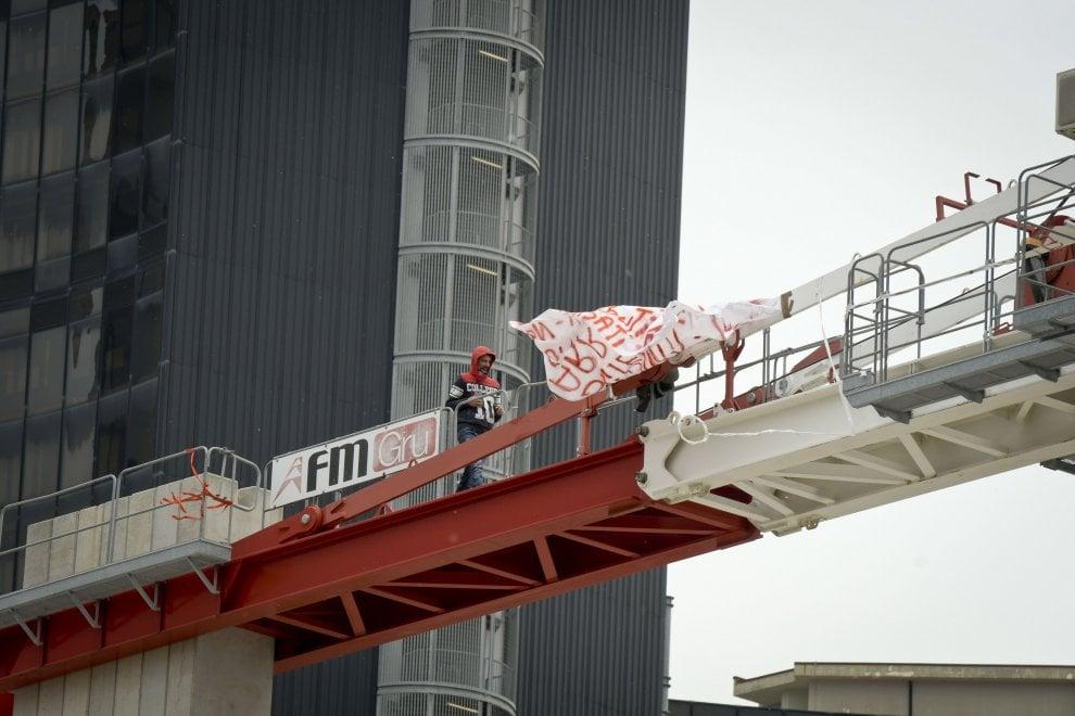 Napoli, protesta al Centro direzionale: operaio sale su una gru