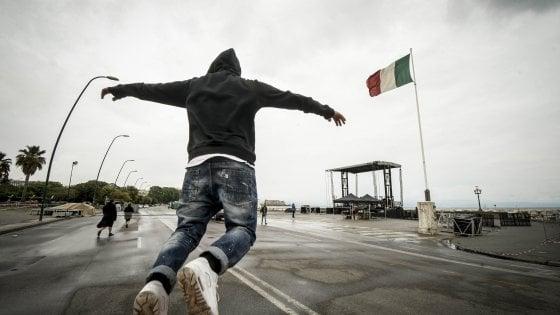 Liberato a Napoli (non) svela la sua identità e canta Pino Daniele