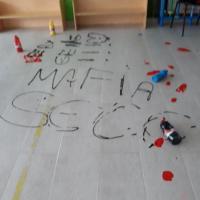 Raid vandalico in una scuola materna di Scampia, sul pavimento la scritta