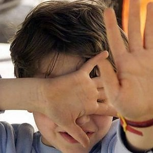 Schiaffi e insulti ai bambini, maestra sospesa