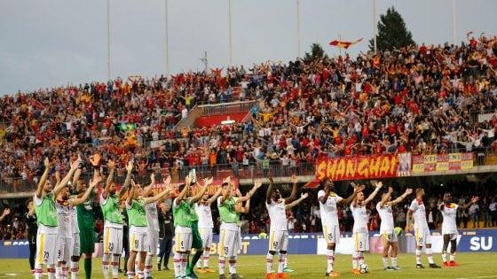 Il Benevento saluta la serie A, il pubblico fa festa con i calciatori