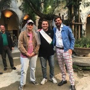 Sorrento, flash mob di solidarietà con la coppia gay a cui il sindaco ha negato il chiostro di San Francesco