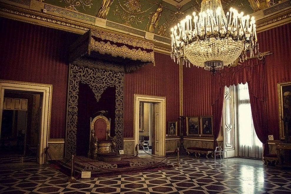 In 4 sul trono di Palazzo Reale per una foto, proteste in rete