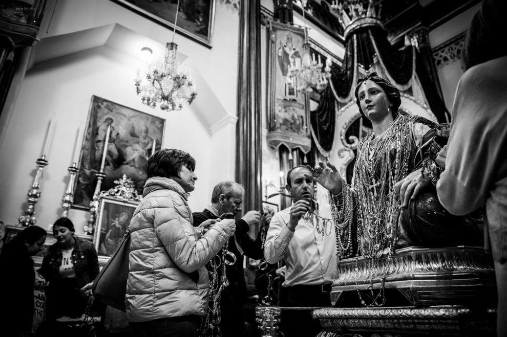 Lacco Ameno, fedeli e turisti per il rito della vestizione di santa Restituta