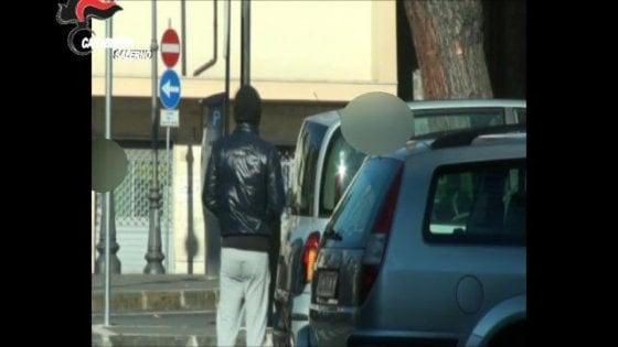 Retata contro i parcheggiatori abusivi a Salerno: 32 arresti per estorsione